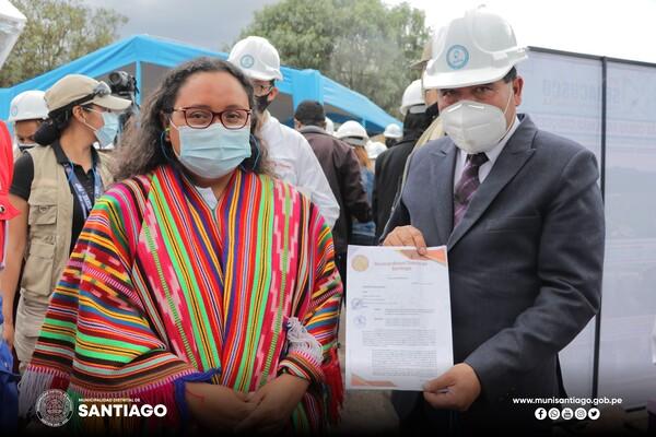 ALCALDE DE SANTIAGO GESTIONA Y ENTREGA OFICIO A LA MINISTRA DE VIVIENDA PARA CONTINUAR CON LAS OBRAS EN EL DISTRITO